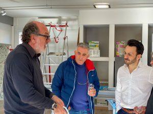 Marco, commercial Kerakoll explicant à Christophe notre commercial et à un de nos clients pourquoi travailler avec de la Biogel